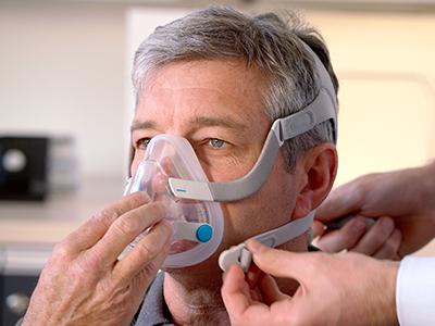 mascarilla-facial-CPAP-apnea-sueño-paciente-ResMed-400x300