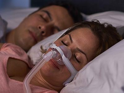 mascarilla-nasal-CPAP-apnea-sueño-paciente-ResMed-400x300